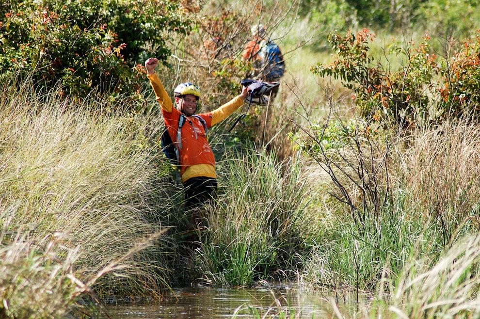 Un miembro del Equipo Karumbé nos saluda desde la distancia, en su etapa de trekking por los esteros de Itakyrý. (Elton Núñez - Itakyrý, Paraguay)