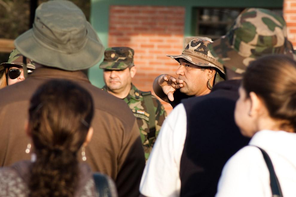 Carlos Agüero, encargado del Museo Histórico del Fortín Boquerón, reúne a los visitantes para disertar anécdotas importantes sobre las batallas de la Guerra del Chaco. (Elton Núñez. Fortín Boquerón, Paraguay)