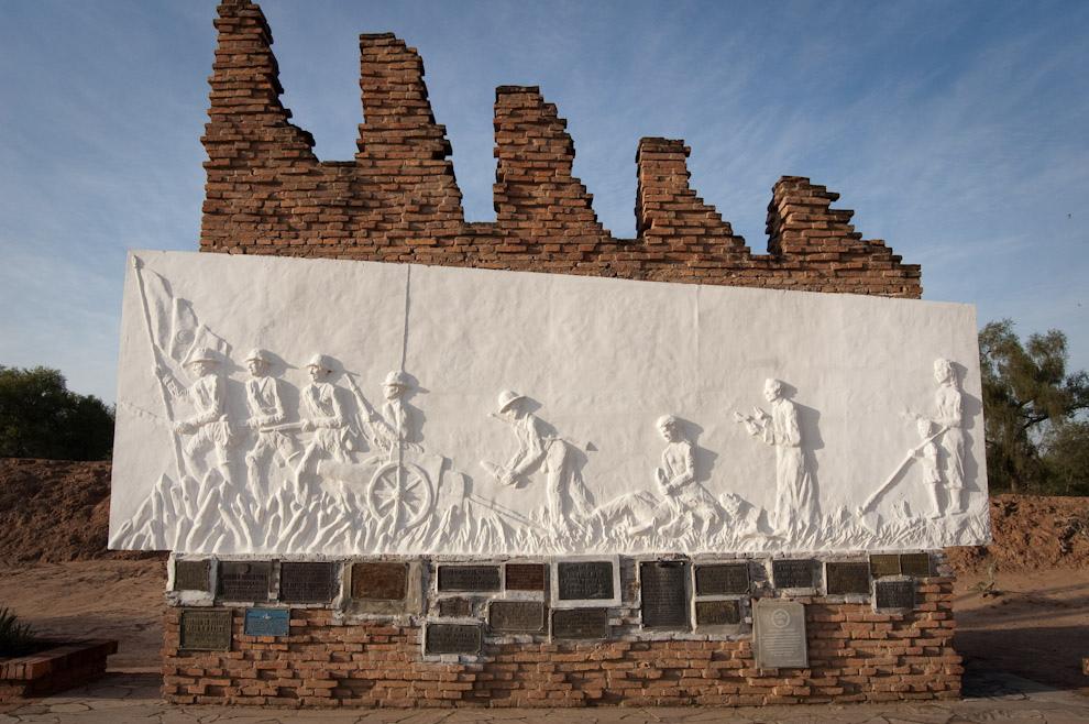 Monumento levantado en homenaje a los soldados héroes de la Guerra del Chaco, en la escena se visualiza los distintos roles de Paraguayos en las batallas, desde los soldados en el frente hasta las sufridas madres. (Elton Núñez - Fortín Boquerón, Paraguay)