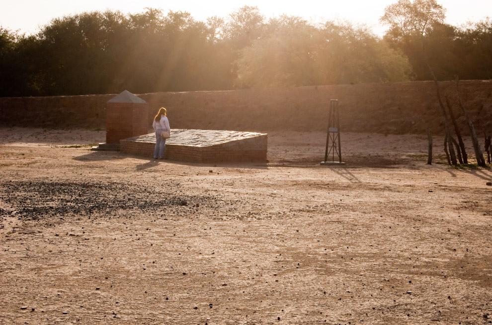 Una alumna del Postgrado en Historia Militar se para a observar el monumento en homenaje a los Héroes de la Guerra del Chaco en el Fortín Boquerón. (Elton Núñez - Fortín Boquerón Paraguay)
