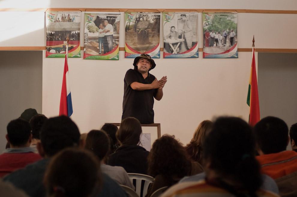 Carlos Agüero ofrece una interesante charla sobre la secuencia de la heroica batalla de Boquerón a todos los visitantes del día Sábado 12 de Junio en el Salón de conferencias del Museo, en este salón se encuadran imágenes recordatorias de distintos momentos vividos en la Guerra. (Elton Núñez - Fortín Boquerón, Paraguay)