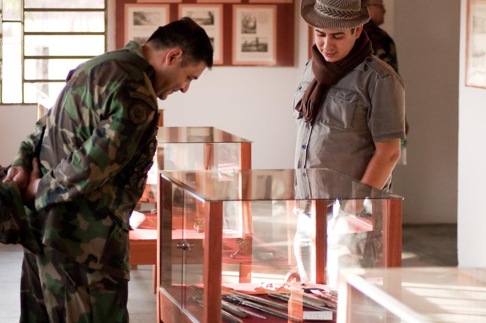 """Un Teniente Coronel junto con un Integrante del Grupo """"Manduará"""" observan las antiguas armas de guerra empleadas en la Batalla de Boquerón en el pasillo del Museo Histórico del Fortín Boquerón. (Elton Núñez - Fortín Boquerón, Paraguay)"""