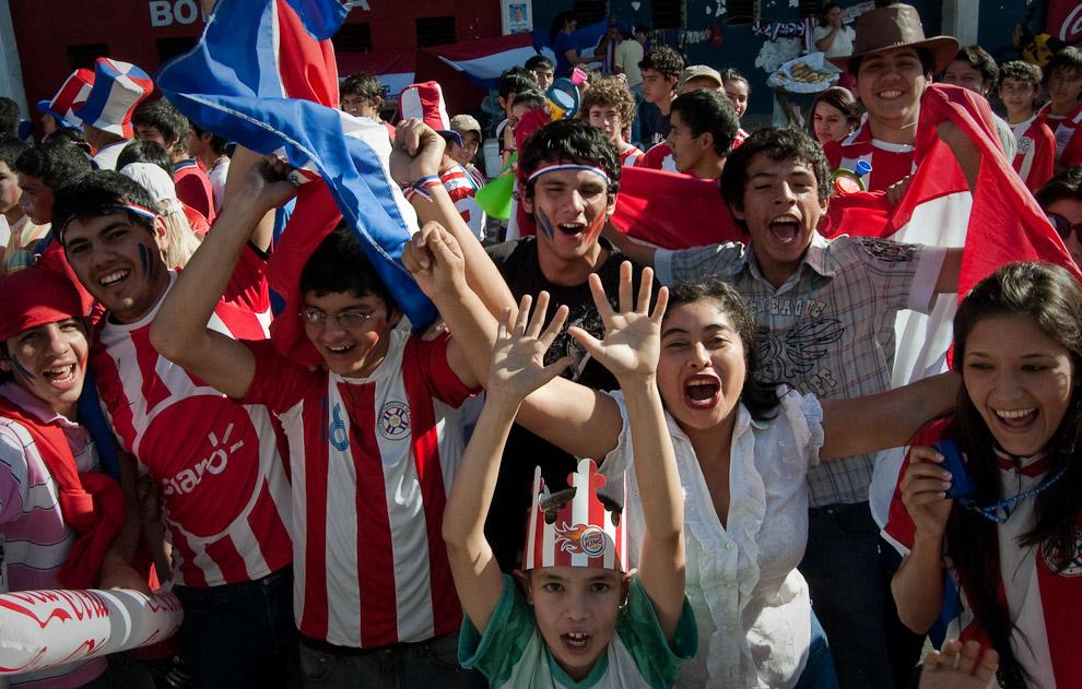 Hinchas y fanáticos de Paraguay alientan al equipo Paraguayo en las calles frente al Estadio Defensores del Chaco (Elton Núñez - Asunción, Paraguay)
