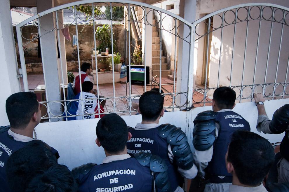 Fuerza de seguridad observan el partido de Fútbol Paraguay vs España como pueden mientras esperan la salida de la gente del estadio Defensores del Chaco para cuidar la seguridad y el orden (Elton Núñez - Asunción, Paraguay)