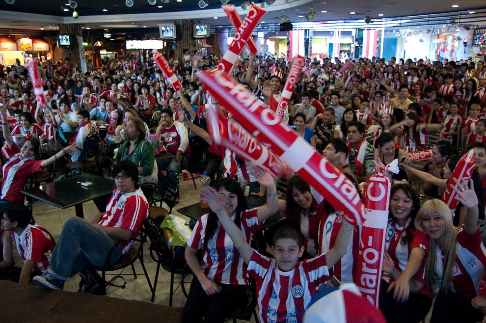 Publico reunido para ver la transmisión del Partido Paraguay y España en el Patio de comidas del Mall Excelsior (Elton Núñez - Asunción, Paraguay)