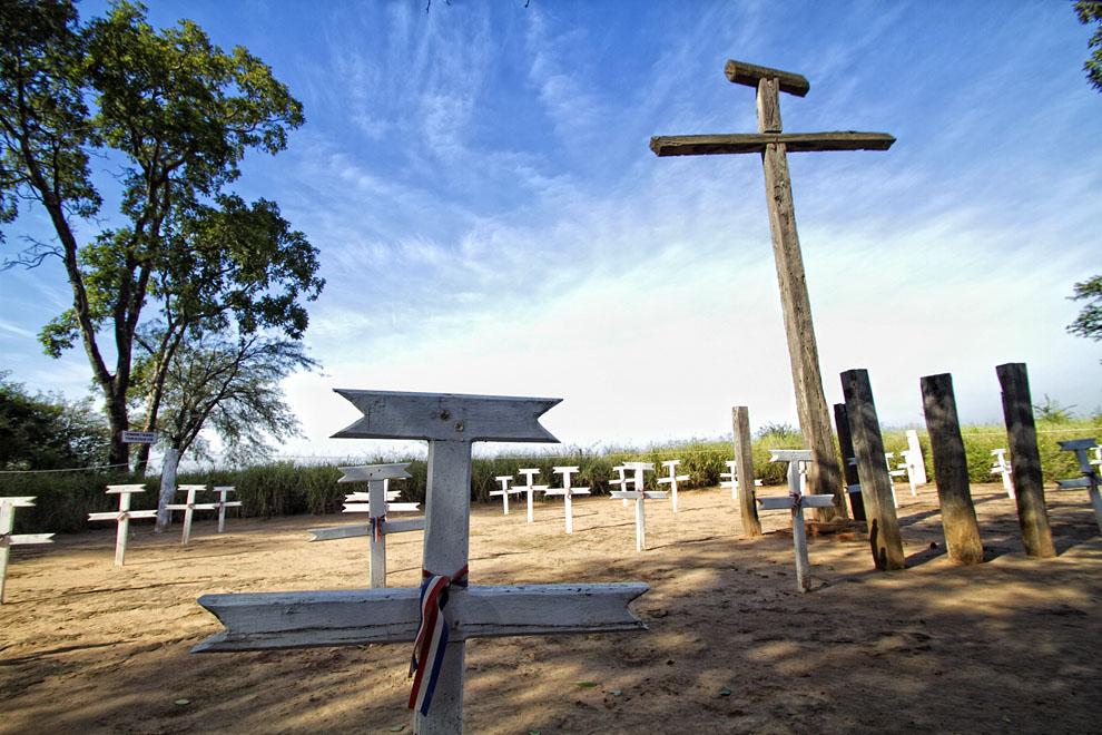 Cruces en un cementerio cercano al Fortín Boquerón. (Tetsu Espósito - Fortín Boquerón, Chaco, Paraguay)