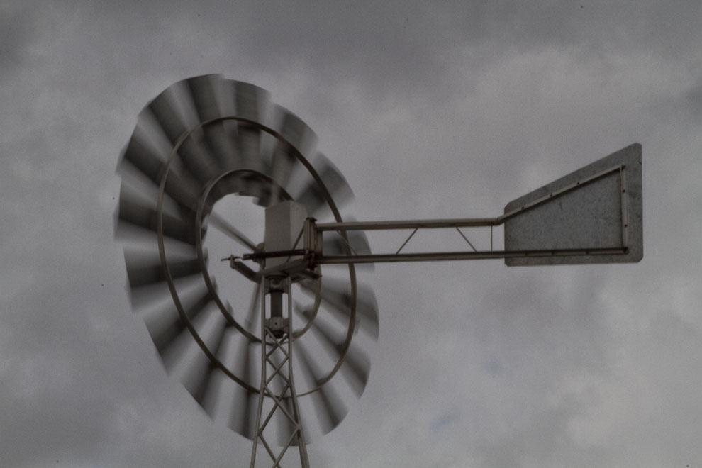 Un molino de viento gira a gran velocidad aprovechando la fuerza del viento en la Ciudad de Loma Plata. (Tetsu Espósito - Loma Plata, Chaco, Paraguay)