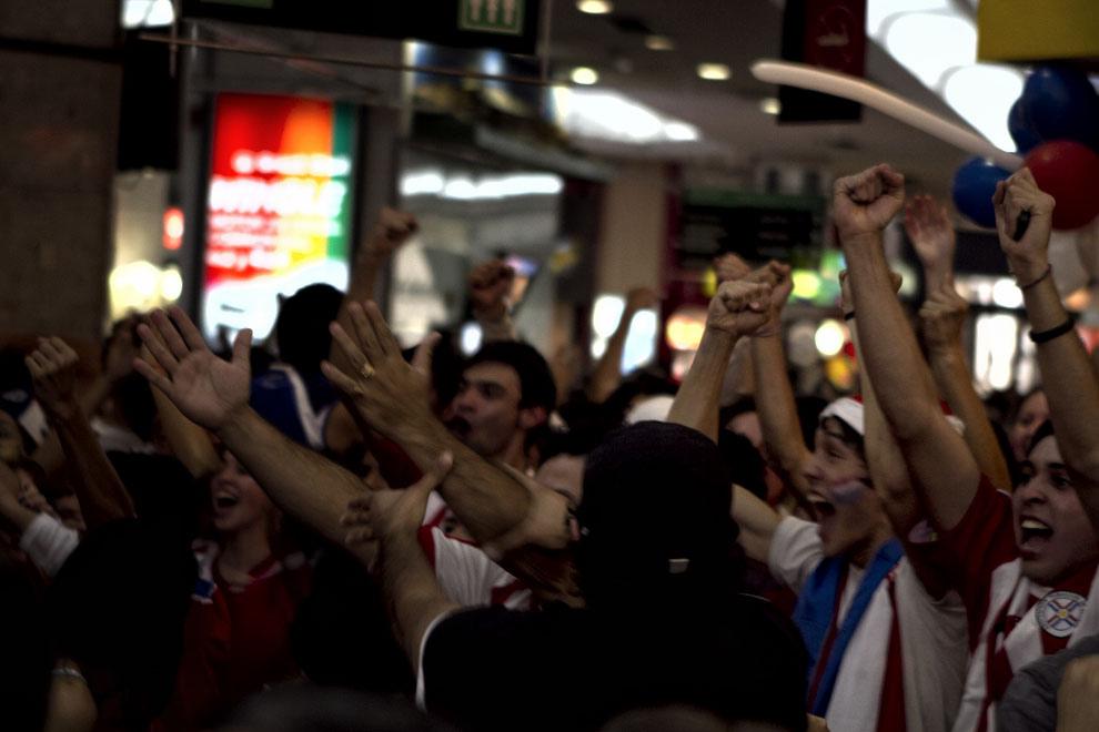 La alegría del público cuando el arquero paraguayo evitaba un gol del equipo español. (Tetsu Espósito, Asunción, Paraguay)