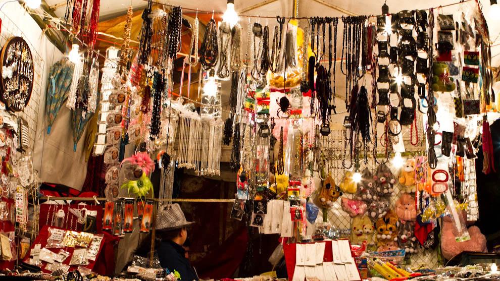 Variedad de objetos a la venta se podía observar en los distintos stands de la Expo. (Tetsu Espósito - Mariano Roque Alonso, Paraguay)