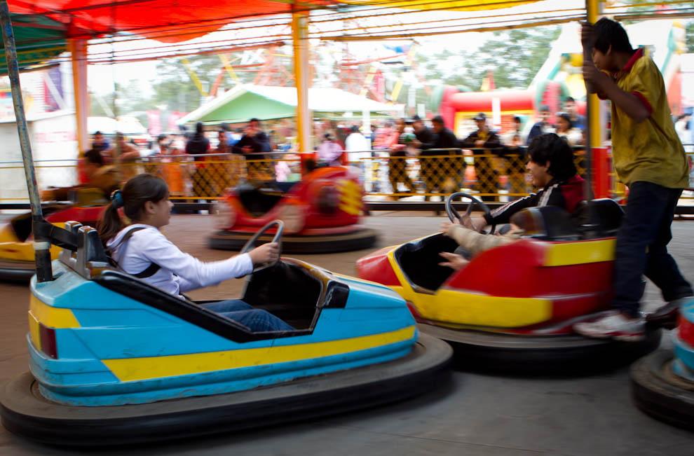 Niños se divierten con los autos chocadores en la zona de juegos. (Tetsu Espósito - Mariano Roque Alonso, Paraguay)