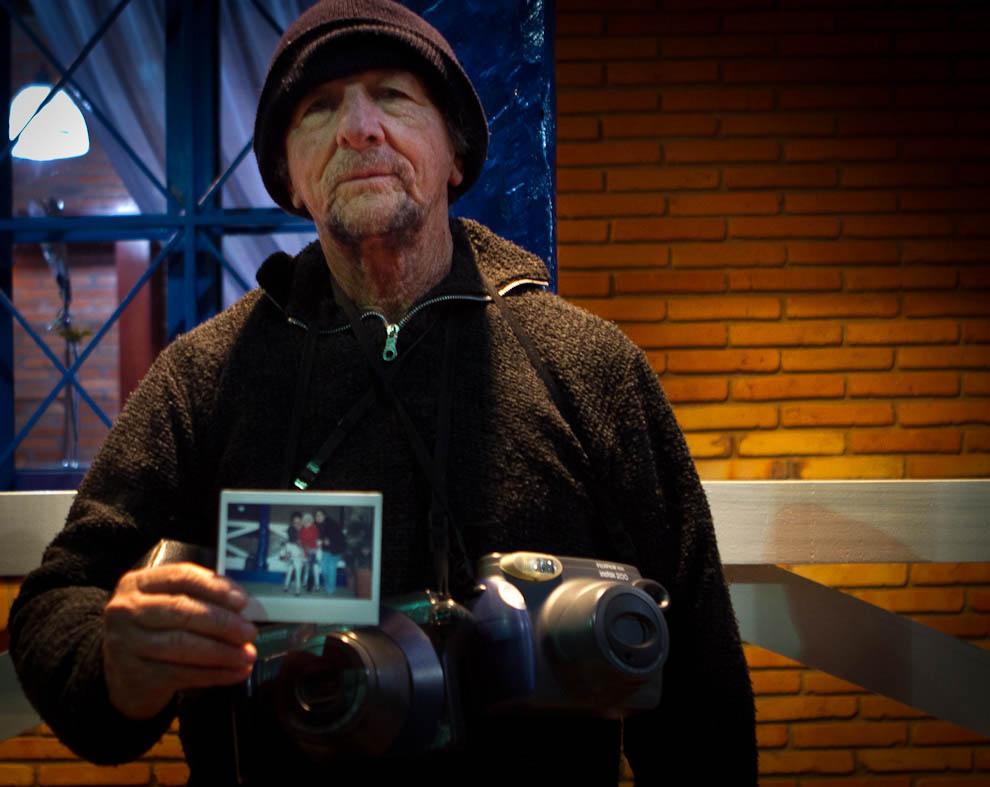Marco González, toma fotografías instantáneas desde hace 21 años, a los asistentes de la Expo con una cámara Fuji. (Tetsu Espósito - Mariano Roque Alonso, Paraguay)