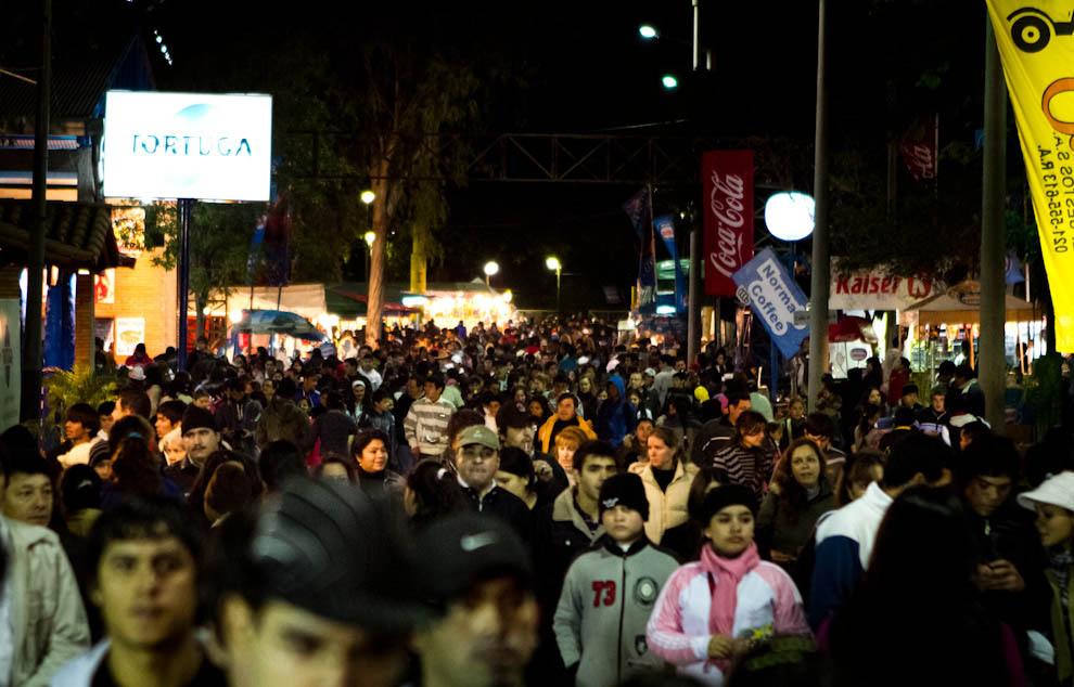 El público concurrió masivamente a pesar del frío a visitar las atracciones que brindaba la Feria. (Tetsu Espósito - Mariano Roque Alonso, Paraguay)