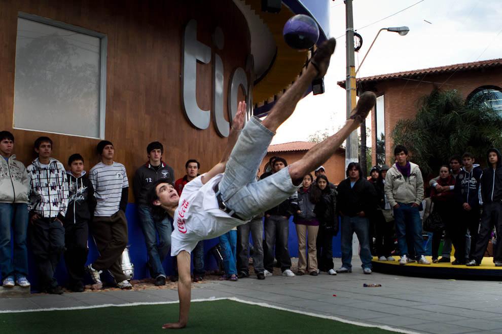 """Un participante del torneo de """"Piki volley"""" realiza una maniobra para responder a su adversario en un torneo organizado por una de las Empresas participantes de la Feria. (Tetsu Espósito - Mariano Roque Alonso, Paraguay)"""