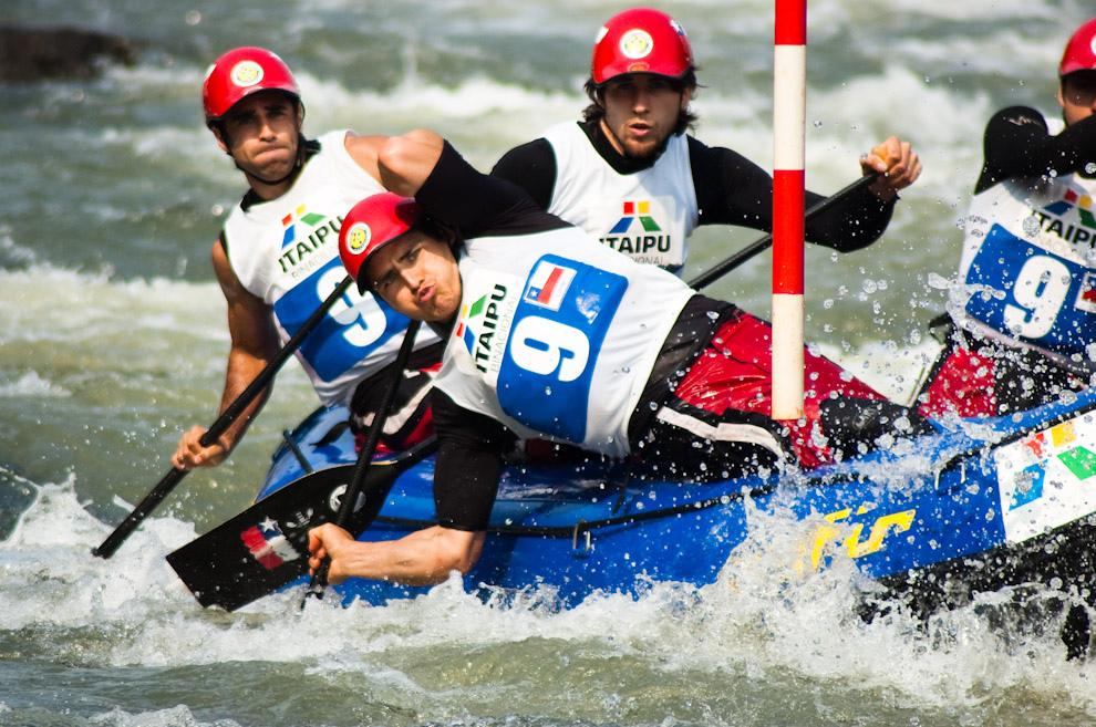 El equipo Chileno Masculino compitiendo en el Campeonato Panamericano de Rafting 2010 que fue llevado a cabo en el Canal de Itaipú, Foz de Iguazú, que reunió a todos los equipos afiliados de Latinoamérica. (Elton Núñez - Foz de Iguazú, Brasil)