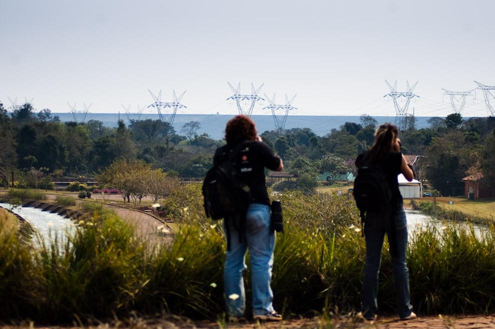 @pedrojedacom y @senhoritatonks (siguelos en twitter) fotografían el horizonte dibujado por el dique de contención de las aguas del lago Itaipú, dicho dique mide un total de 8 kilómetros. (Elton Núñez - Foz de Iguazú, Brasil)