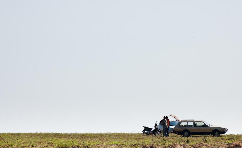Dos amigos se reúnen en lo alto de una colina para instalar una parrillada y pasar una jornada de recreación con la familia a la altura del Kilómetro 49 en la zona de Colonia Yguazú. (Elton Núñez - Colonia Yguazú, Paraguay)