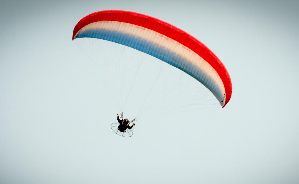 Acrobacias en Paramotor son vistas en el cielo mientras se lleva a cabo el Campeonato Panamericano de Rafting 2010 en el Canal de aguas rápidas de Itaipú. (Maya Riquelme - Foz de Iguazú, Brasil)