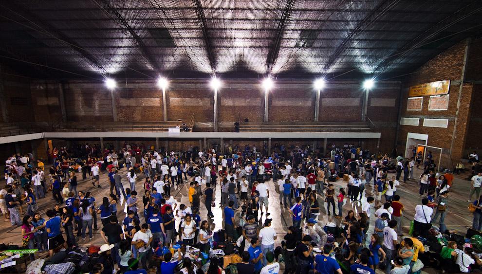 Cerca de 1000 Jóvenes se reunieron en el Polideportivo de la Parroquia San Cristóbal el Viernes 24 de setiembre para ultimar detalles finales para luego trasladarse hasta los lugares de construcción (Tetsu Espósito - Asunción, Paraguay)