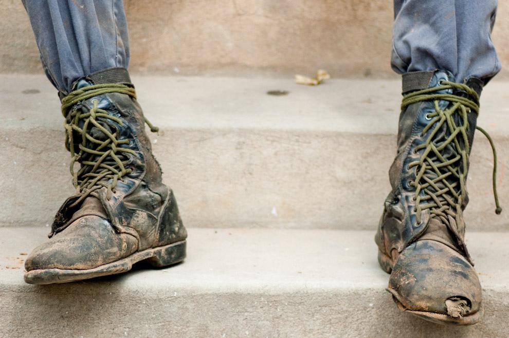 Distintos tipos de calzados y ropas usadas fueron usados por los constructores para vestir mas acorde al tipo de trabajo que realizarían, favorece la mimetización y la empatía entre los favorecidos por esta campaña y los que lo hacen posible. (Elton Núñez - Asunción, Paraguay)