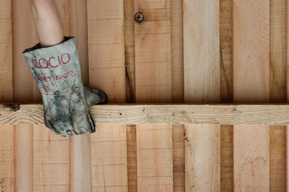 Guantes para trabajar son utilizados obligatoriamente por los voluntarios debido a los riesgos que corren de astillarse las manos o cortarse con las chapas que se utilizarían como techo. (Elton Núñez - Asunción, Paraguay)