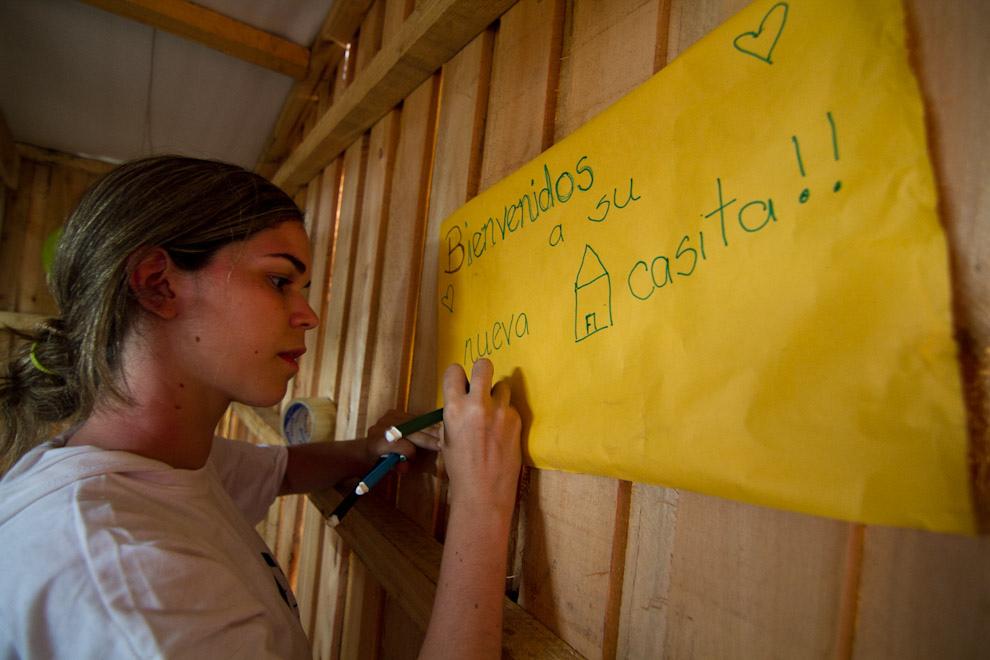 Adornando el interior de la nueva casa con globos y mensajes de bienvenida. (Tetsu Espósito - Lambaré, Paraguay)
