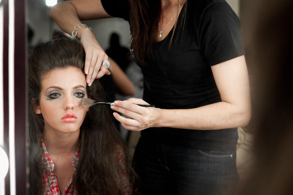 Ana Chase es maquillada para el desfile de Maria Sonia en el primer día del Paraguay Alta Moda. (Elton Núñez - Asunción, Paraguay)