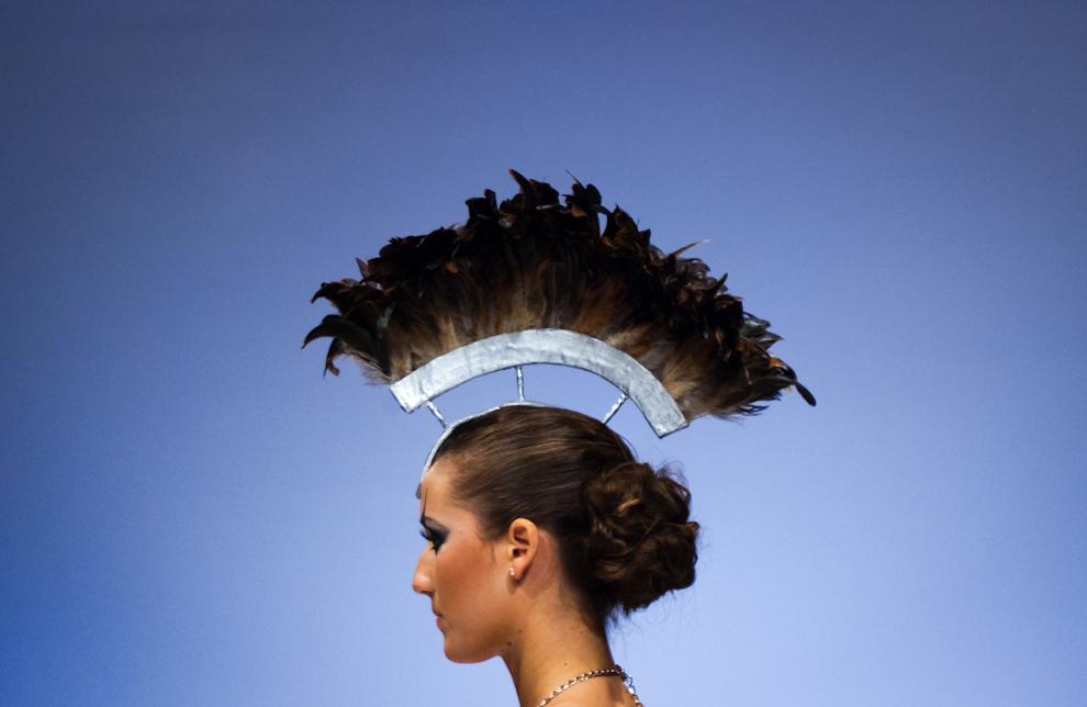 Un extravagante accesorio como  sombrero fue utilizado por uno de los diseñadores del concurso Puro Talento el sábado 25 de Setiembre en el Asunción Fashion Week. (Elton Núñez - Asunción, Paraguay)