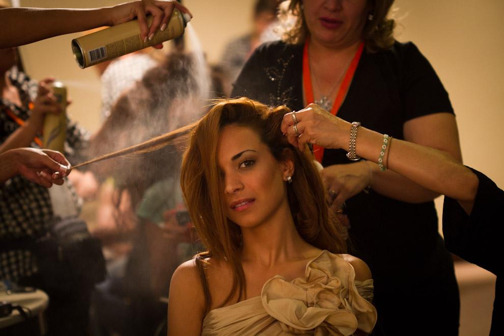 Los ultimos toques en el peinado de Nati Rappetti es realizado por varias personas en Paraguay Alta Moda. (Tetsu Espósito - Asunción Paraguay)