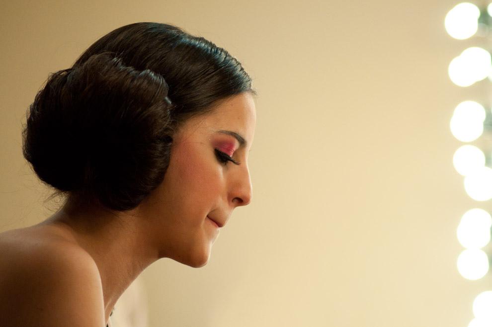 Una modelo se maquilla sola en el backstage para el desfile de Nabila el ultimo día del Paraguay Alta Moda. (Elton Núñez - Asunción, Paraguay)