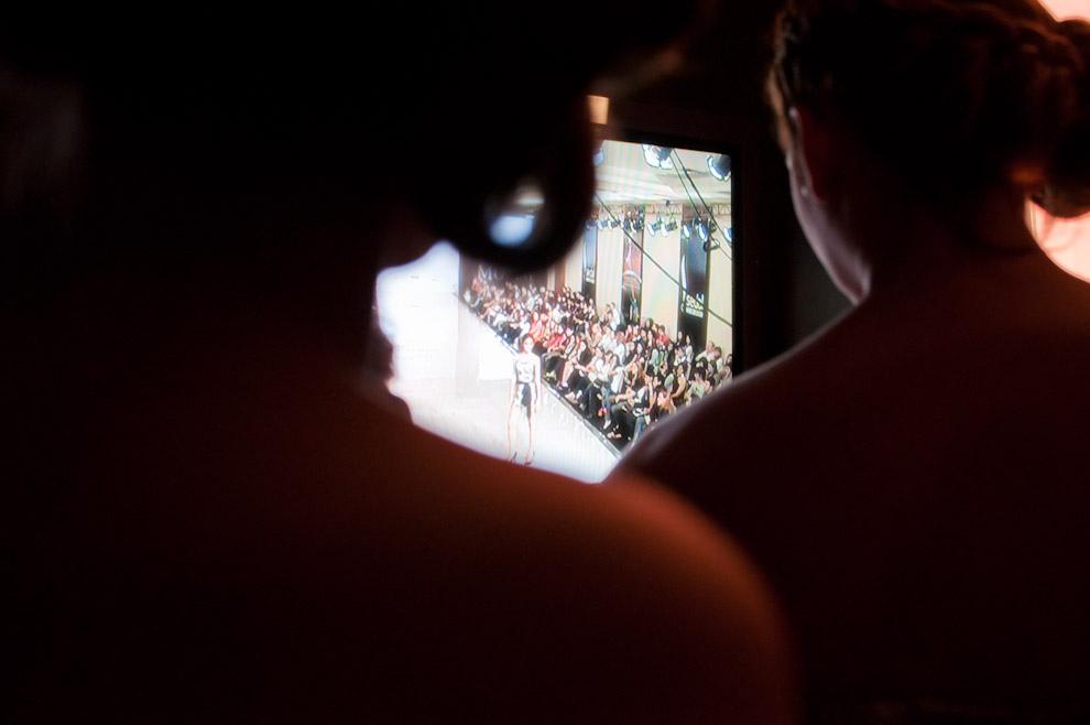 Durante el desfile de Nabila las modelos observan el monitor del backstage para coordinarse en las salidas. (Elton Núñez - Asunción, Paraguay)