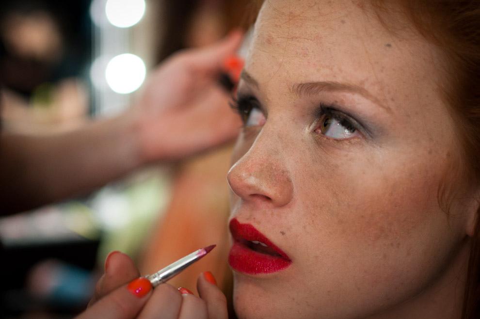 Paloma del Puerto es maquillada de rojo para el desfile de Maria Sonia en el primer dia del Paraguay Alta Moda. (Elton Núñez - Asunción, Paraguay)