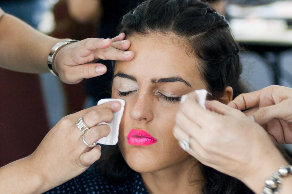 Fatima Gonzalez es maquillada para el desfile de Uptitude el domingo 26 de Setiembre en Asunción Fashion Week. (Elton Núñez - Asunción, Paraguay)