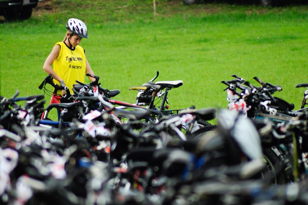 Una participante ubica su bicicleta en el parque cerrado antes de la charla inicial para comenzar la carrera, el evento tuvo más de 400 participantes. (Elton Núñez - Piribebuy, Paraguay)
