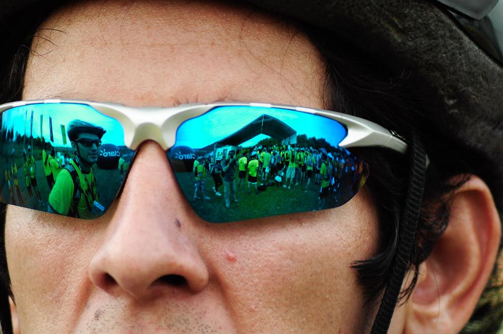 El reflejo de los anteojos polarizados de uno de los participantes de la carrera, ofrece protección contra los dañinos rayos Ultra-Violeta. (Elton Núñez - Piribebuy, Paraguay)