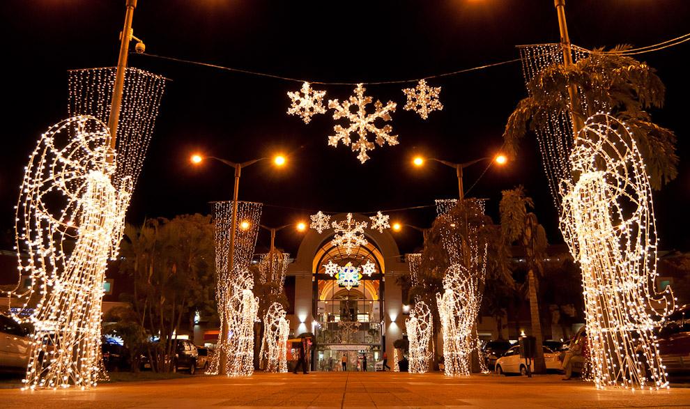 Adornos de Navidad frente a la ex playa de estacionamiendo de un conocido Shopping Asunceno, hoy día convertido en una miniplaza de esparcimiento y recreación. (Elton Núñez - Asunción, Paraguay)