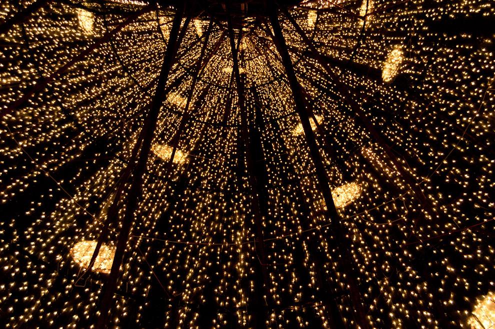 El Interior de un conocido local, se yergue un árbol de Navidad de aproximadamente 7 metros en la esquina de las Avenidas República Argentina y Mariscal López. (Elton Núñez - Asunción, Paraguay)