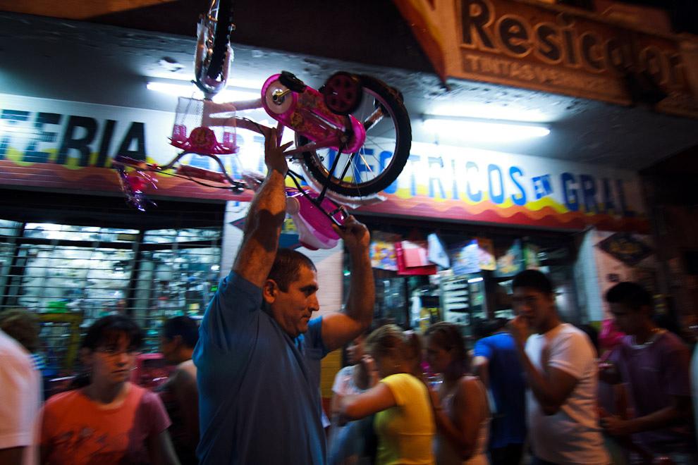 En la Avenida Eusebio Ayala, los compradores se ingeniaban de distinas maneras para poder llevar los regalos a sus domicilios.  (Tetsu Espósito - Asunción, Paraguay)
