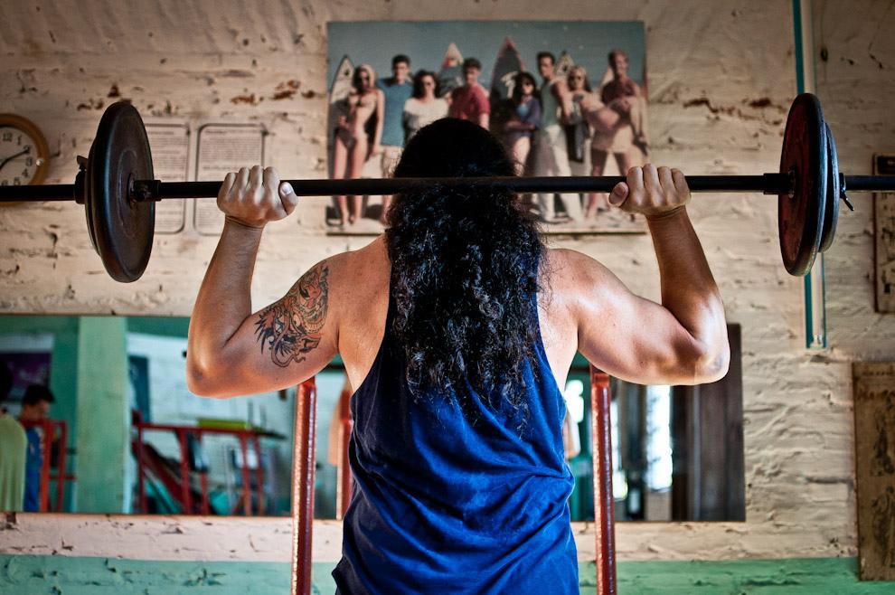 Otra de las actividades del verano es ejercitar el cuerpo en el gimnasio aprovechando los tiempos de vacaciones y el calor, como lo hace Carlos Peralta en la Federación Paraguaya de Halterofilia. (Elton Núñez - Asunción, Paraguay)