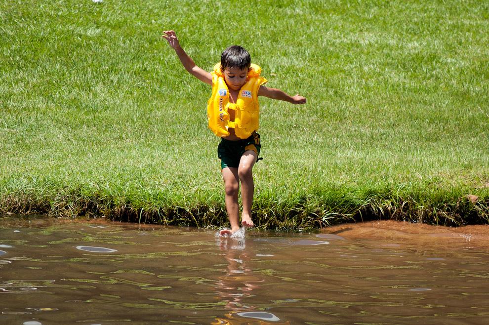 Al agua!, este niño bien preparado con su salvadidas para nadar se divierte dándose chapuzones en el Lago Ypacaraí el domingo 23 de Enero pasado. (Elton Núñez - Ypacaraí, Paraguay)