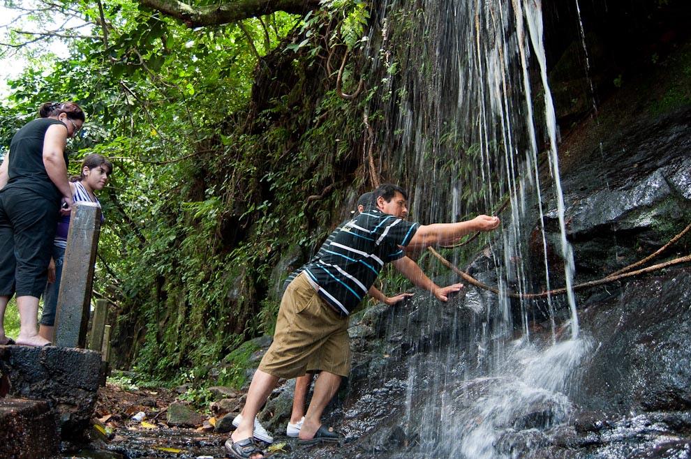 Una familia se detiene para refrescarse con las aguas de la cascada cerca del complejo turístico Mbatovi, frente a la ruta que une la Ciudad de Paraguarí con Itú en Ruta 2 atravesando todo Piribebuy. (Elton Núñez - Piribebuí, Paraguay)