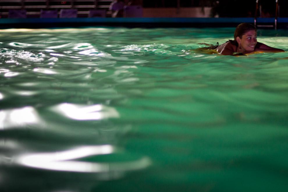 Una chica se relaja en las primeras horas de la noche, en la piscina del Hotel Guaraní, donde se realizaba una fiesta al atardecer, en pleno centro de Asunción. (Tetsu Espósito - Asunción, Paraguay)