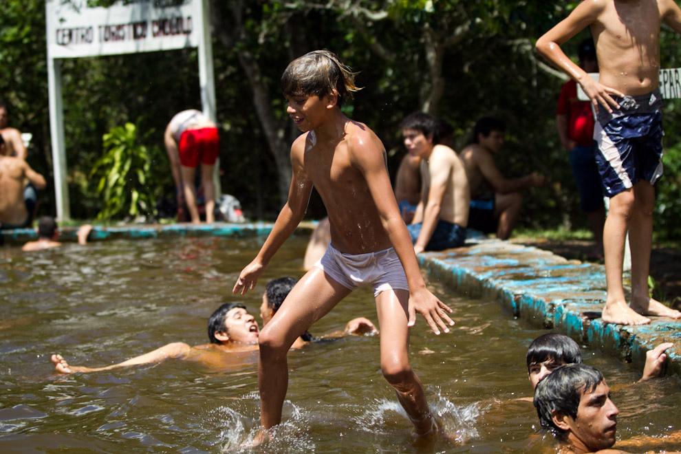 Momento exacto en el que un ñiño se lanza a la pileta, en el calor de la tarde de domingo, en un balneario en la zona de Piribebuy donde abundan los arroyos y cascadas. (Tetsu Espósito - Piribebuy, Paraguay)