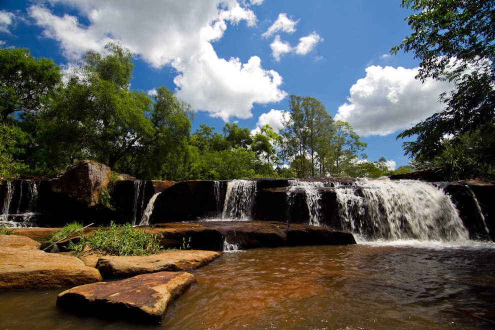 Vista de un salto de altura regular de uno de los siete arroyos que nutre el distrito de Piribebuy, los cuales lo convierten en el distrito más visitado en temporadas de verano y vacaciones. (Tetsu Espósito - Piribebuy, Paraguay)