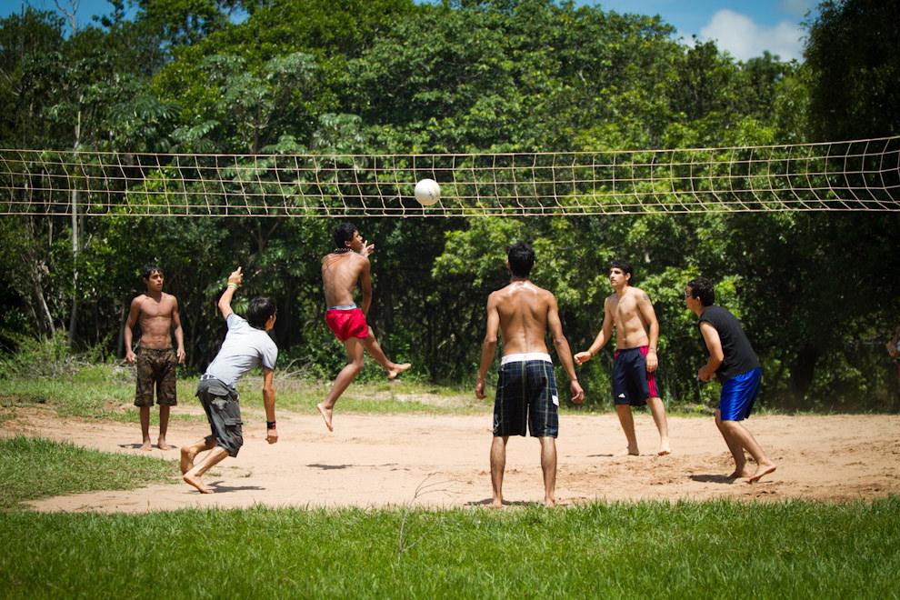 Los muchachos jugando un partido de Volley de playa en uno de los conocidos Balnearios de Piribebuy, sin duda otra actividad interesante en esta temporada. (Tetsu Espósito - Piribebuy, Paraguay)