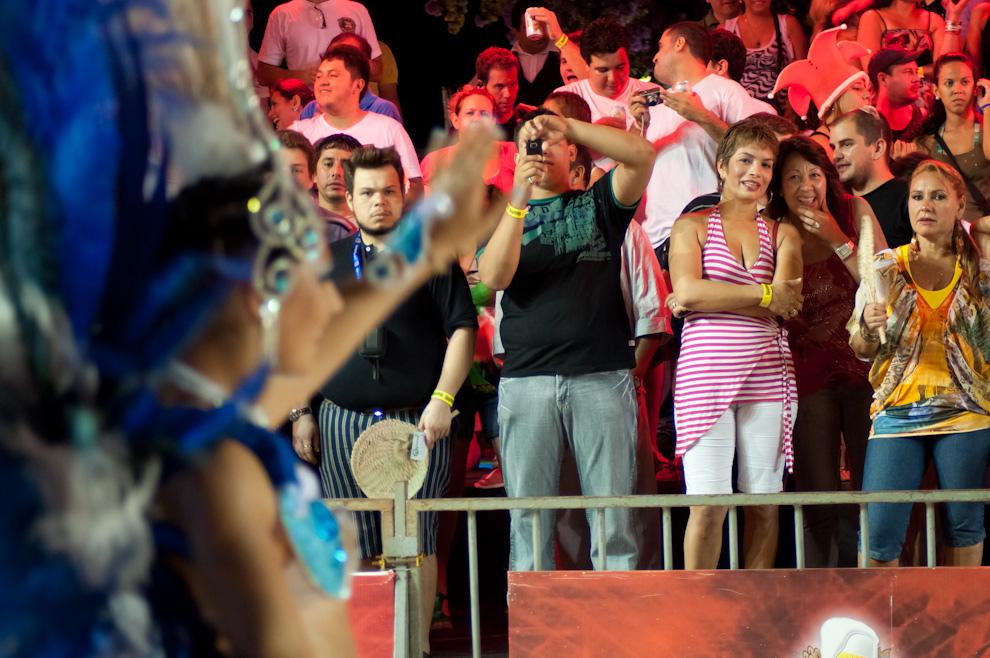 El público que presenció la 3ra Ronda del Carnaval Encarnaceno disfrutan del show, aprovechan para quedarse con un recuerdo en sus cámaras fotograficas y celulares. (Elton Núñez - Encarnación, Paraguay)