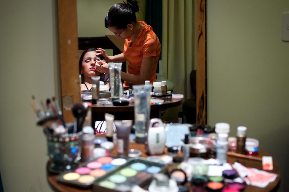 El sábado 19 de Febrero por la tarde, mientras se esperaba la decisión de las autoridades si la segunda noche de corso se iba a suspender o retardar el comienzo, la maquilladora Cecilia Berni prepara a una de las bailarinas del Club San Juan para su actuación de la fecha. (Elton Núñez - Encarnación, Paraguay)