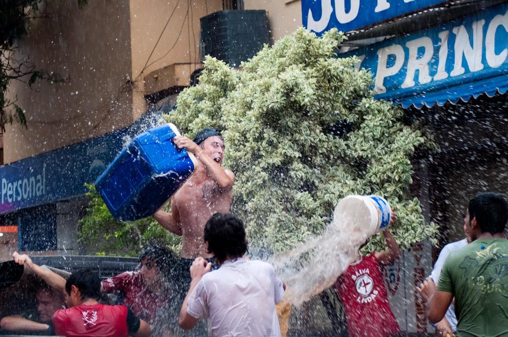 Los muchachos peleando una guerra de agua en la tarde del domingo de Carnaval en Encarnación, a pesar de la lluvia, esto no los detiene para llevar a cabo una de las costumbres mas divertidas de Encarnación. (Elton Núñez - Encarnación, Paraguay)