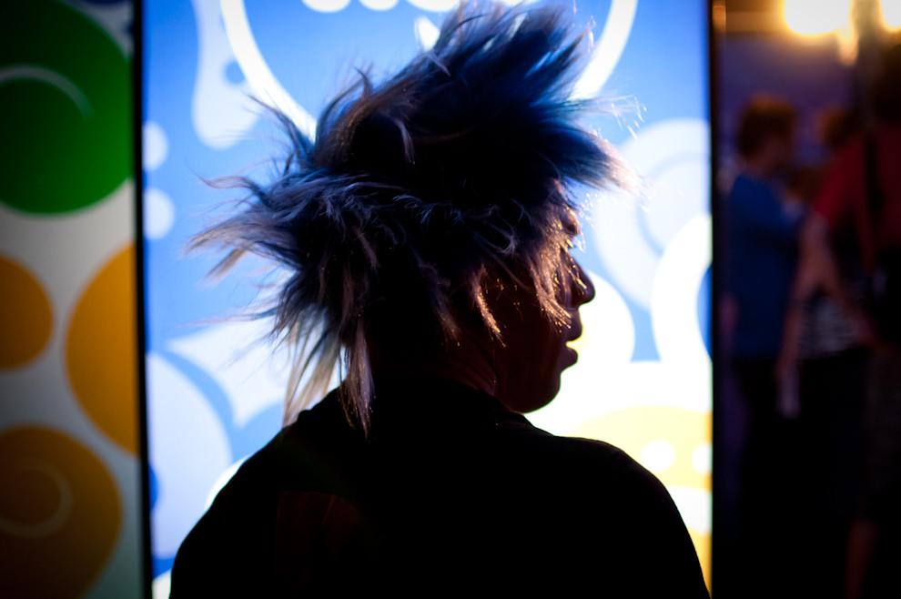 Un muchacho viste una peluca en la noche de Carnaval del 18 de Febrero mientras espera su turno en la fila para accesar a los Palcos y formar parte de la fiesta. (Elton Núñez - Encarnación, Paraguay)