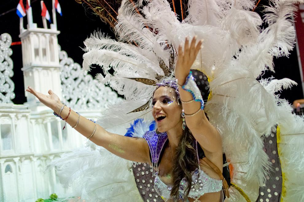 Sandra Romero, invitada de la Comparsa del Club Universal arroja besos al público mientras desfila con sus alegorías sobre el Palacio de Gobierno. (Elton Núñez - Encarnación, Paraguay)