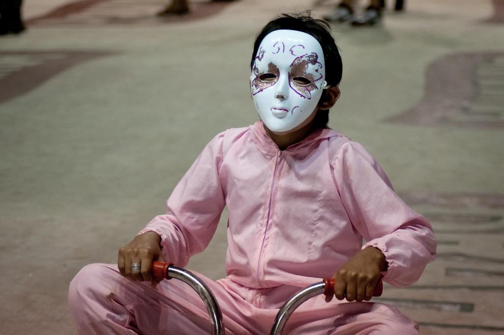 Un muchacho componente de las Murgas se pasea en triciclo durante el desfile denominado El Show de las Panteras Rosas, haciendo reír al publico con sus payasadas. (Elton Núñez - Encarnación, Paraguay)